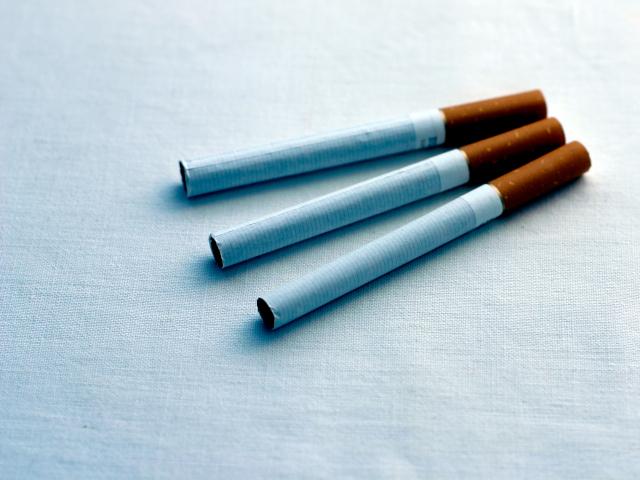 Trois cigarettes pour tois facons dont les cigarettes blessent le dos