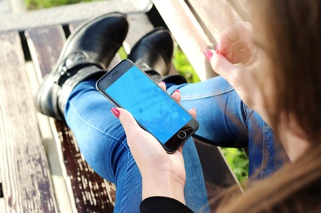 Téléphone portable et cervicalgie : comment faire pour éviter de gros dégâts